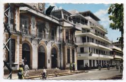 Martinique -FORT-DE-FRANCE-env 1960-L'Hôtel Des Postes Et L'Impératrice-Hôtel (animée,vélo)-cpsm 14 X 9 N°F.82 éd SAEC - Fort De France
