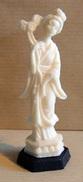 Figurine Publicitaire : Fromage PUR CREM Série Des Statuettes Chinoises : La Chinoise à L'oiseau - Figurines