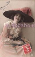 JOLIE JEUNE FEMME - Portrait - Chapeau - Ajoutis  - Fleurs -  -  Attractive Woman  - Hat  - CPA - 2 Scans - Femmes