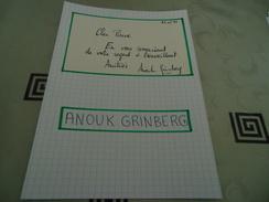 AUTOGRAPHE DÉDICACÉ D'ANOUK GRINBERG SUR COUPURE DE PRESSE COLLÉE SUR CARTON BRISTOL (15 X 21 Cm) (VOIR DESCRIPTION) - Autographes