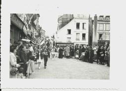 Petite Photo Dentelée CALVADOS Honfleur Fête Des Marins 1952 Cérémonie Religieuse Prêtre Procession  Lire Annonce - Orte