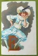 TOP  LITHO DECOR Art Nouveau Illustrateur KIRCHNER STYLE Femme Fille COSTUME CHAPEAU BLEU Assise Sur Lettre Alphabet E - Kirchner, Raphael