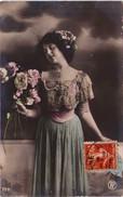 Jeune Femme Au Bouquet - Femmes