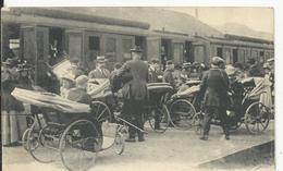Lourdes   Débarquement Des Malades  Arrivés Par Le Train - Lourdes
