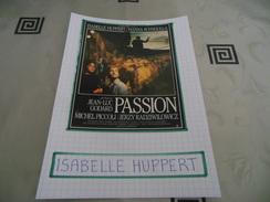 AUTOGRAPHE DÉDICACÉ D'ISABELLE HUPPERT SUR COUPURE DE PRESSE COLLÉE SUR CARTON BRISTOL (15 X 21 Cm) (VOIR DESCRIPTION) - Autographs