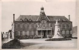 VALOGNES -50- L'HOTEL DE VILLE ET LE MONUMENT AUX MORTS - Valognes
