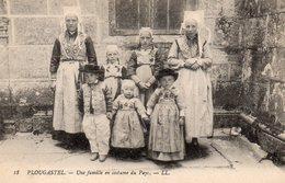 CPA     -    PLOUGASTEL   -   UNE FAMILLE EN COSTUME DU PAYS - Plougastel-Daoulas