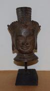 Tête De Bouddha Du Cambodge En Bronze Vieillie Su Socle En Bois - Statue - Asian Art