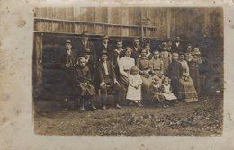 Carte Photo Originale Groupe D'Individus Devant Une Grange Vers 1910 - Robes & Costumes D'époque - Persone Anonimi