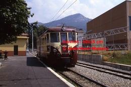 Reproduction Photographie D´un Train N°A6 à Voie étroite Ferrovia Genova Casella à Gènes En Italie En 1984 - Riproduzioni