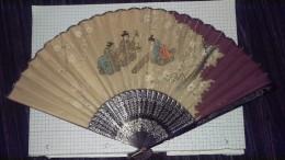 Ancien Eventail  Scene Asiatique Peinte Sur Carton Et Monte Sur Boiserie Peinte - Eventails
