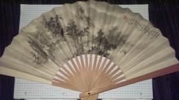 Ancien Eventail  Scene Asiatique Peinte Sur Carton Avec Insertion De Personnages Dans Le Decor Et Monte Sur Boiserie - Eventails