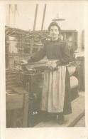 QUILLAN CARTE PHOTO  A. MARGALL  FEMME SUR UNE MACHINE A TISSUS VOIR LES DEUX SCANS - Autres Communes