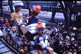 Photo Diapo Diapositive Slide Carnaval Chalon Sur Saône 1961 Char Landau Wagons Couverts Gare VOIR ZOOM - Diapositives