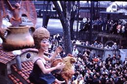 Photo Diapo Diapositive Slide Carnaval Chalon Sur Saône 1961 Char Wagons Couverts Gare VOIR ZOOM - Diapositives