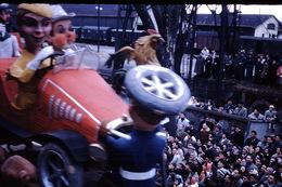 Photo Diapo Diapositive Slide Carnaval Chalon Sur Saône 1961 Char Voiture Coq Wagons Couverts Gare VOIR ZOOM - Diapositives