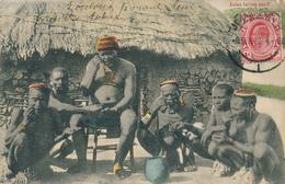 TRANSVAAL - Johannesburg - 1906 , Zulus Taking Snuff , Zulus Beim Benutzen Von Schnupftabak - Südafrika