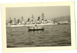 TOULON TRES BELLE PHOTO ORIGINALE D UN  BATEAUX NAVIRE DE GUERRE FRANCAIS  A QUAI  EN 1959 - Bateaux
