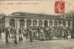Reims - La Place Des Marchés Et Les Halles (très Animée) - Reims