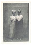 Photo 2 Jeunes Filles Costumées En Arlésiennes ( Saint Eloi Châteaurenard ? ) - Photos