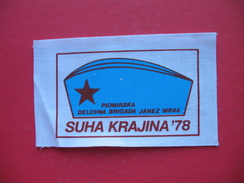 Textile Patch:SUHA KRAJINA 78,PIONIRSKA DELOVNA BRIGADA JANEZ MRAK - Scudetti In Tela