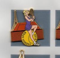 Pin´s  Sport  Ténnis  FRENCH  OPEN  2010  Avec  Joueuse  Maillot  Violet  Et  La  Tour  Eiffel  Signé  Ballard - Tennis