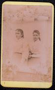 PHOTO CDV ANONYME - SURREALISME - PHOTO MONTAGE - FILLES DERRIERE PAPIER  -  MODE NAPOLEON III - - Anciennes (Av. 1900)