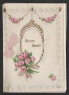 Mignonette Celluloïd  Gaufrée Tissu Roses En Relief  11 X 7.5 Cm - Fêtes - Voeux