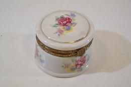 Petite Boîte En Porcelaine Année 1960-1970, Décor Floral. Boîte à Pilule. Boîte à Bijoux. - Koffer
