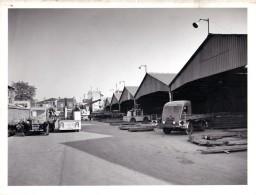 Grande Photo De La Cour Et Des Hangars Des Aciers Chauvière à Stains (93) Camions Renault Et Citroën - Automobile