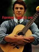 Reproduction D'une Photographie D'un Portrait Du Jeune Salvatore Adamo Tenant Sa Guitare Contre Lui - Repro's