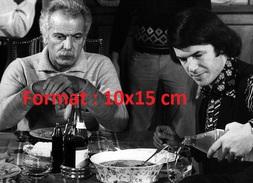 Reproduction D'une Photographie D'un Portrait Du Jeune Salvatore Adamo Mangeant Avec George Brassens - Repro's