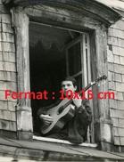 Reproduction D'une Photographie Du Jeune Salvatore Adamo Jouant De La Guitare Sur Le Rebord D'une Fenêtre - Repro's