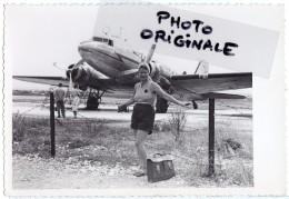 Aviation Aérodrome Avion Aviateur - Photo Originale D´époque - Jeune Femme Devant Un Bimoteur DOUGLAS DC3 Compagnie AZUR - Aviazione