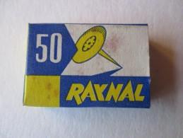 PUNAISES- Boite Remplie De Punaises - Marque : RAYNAL -- Année 1950/60 - Voir 4 Photos - Autres Collections