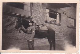 Foto Deutscher Soldat Mit Pferd - 2. WK - 8*5cm (25970) - Krieg, Militär