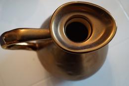 Une Carafe Décorative En Céramique Mais Imitation Métal, Original - Carafes