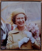 TWO FINE COLOUR PRESS PHOTOS OF QUEEN ELIZABETH II WEARING YELLOW HATS C. 1980 - Famous People