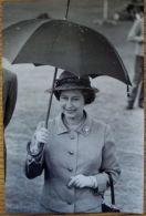 TWO FINE ORIGINAL PRESS PHOTOS QUEEN ELIZABETH II FORRES HIGHLAND GAMES 1982 - Famous People