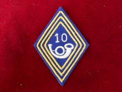 INSIGNE TISSU MODELE 45 DU 10 RGT CHASSEURS SUR FOND CARTONNE FAB ETRANGERE - Escudos En Tela