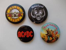 """- Lot De 4 Badges """"AC DC. IRON MAIDEN. MOTÖRHEAD. GUNS N ROSES"""" - - Musik"""