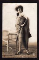 FEMME.....ANIMEE...BAS... JARRETELLES.. CHAPEAU..C905 - Nus Adultes (< 1960)