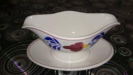 Ancienne Saucière En Porcelaine Fleurs Bleu Rouge Verte ROYAL SPHINX HOLLANDE - Céramiques