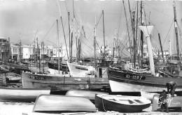 ¤¤  -  94   -  ILE D'YEU  -  Le Port , Vu De La Place De La Pylaie  -  Bateaux De Pêche   -  ¤¤ - Ile D'Yeu