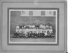 Mai 1923 Usa? Grande Bretagne? Rare Photo De Classe Avec Un Enfant Afro Américain Au 1er Rang 1 Photo Scolaire - Personnes Anonymes