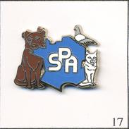 PIN´S  Animaux - SPA Avec Chat, Chien, Pigeon & Carte De France. Estampillé Ballard. Zamac. T463-17 - Animals
