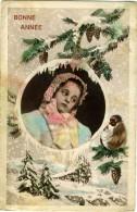 BONNE ANNÉE  Bambina Con Cuffia  Panorama Illustrato Con Abeti Pigne Uccello Sotto La Neve - Anno Nuovo