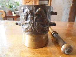 MORTIER APOTHICAIRE AVEC PILON  DECOR ANIMAUX PREHISTORIQUES POIDS 4700g H 13,5cm D 12cm - Bronzes