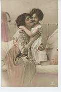 ENFANTS - LITTLE GIRL - MAEDCHEN - Jolie Carte Fantaisie Fillette Avec Sa Maman Sur Lit - Portraits