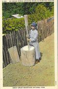 An Indian Woman Grinding Maize In Primitive Fashion - Great Smoky Mountains National Park - Carte Non Circulée - Indiens De L'Amerique Du Nord